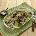 салат из авокадо, свеклы и листового салата