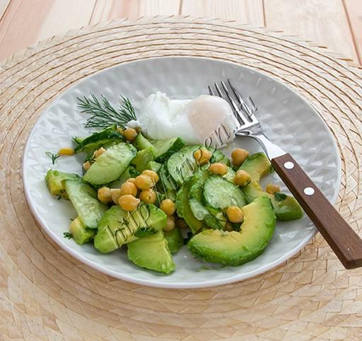 салат с авокадо, нутом и яйцом-пашот