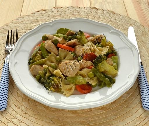 индейка с зелеными овощами и макаронами