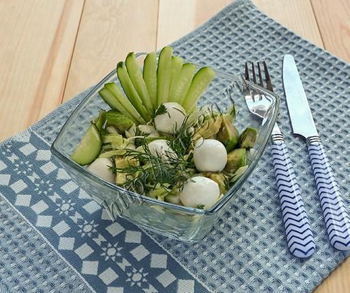 салат зеленый с авокадо и моцареллой