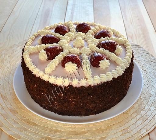 торт шоколадно-ягодный с клубникой