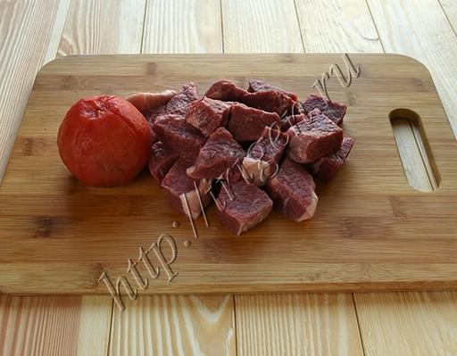 подготовка мяса и помидоров