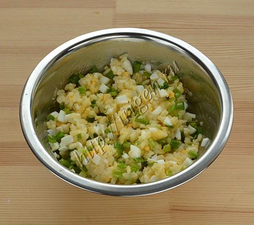 начинка из риса с яйцом и зеленым луком