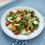 салат из авокадо с помидорами и перепелиными яйцами