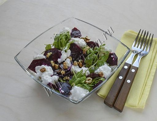 салат из рукколы со свеклой и творогом