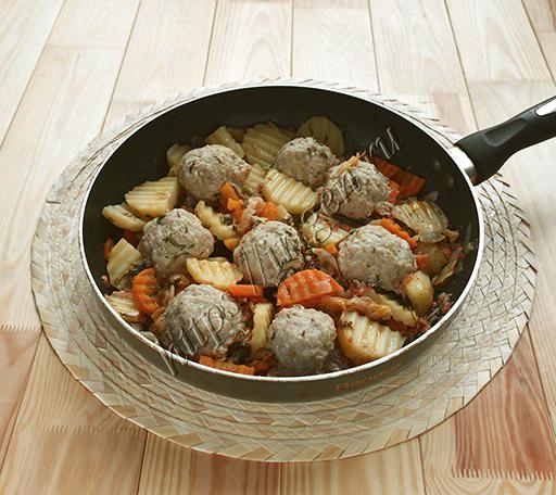 тефтели с овощами в сковороде