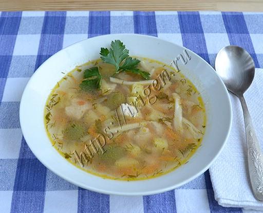 суп с индейкой, домашней лапшой и оливками