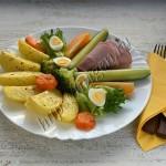 картофель и брокколи с ветчиной и перепелиными яйцами