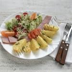 картофель с ветчиной и овощным салатом