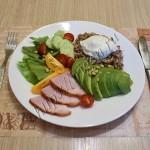 гречка с овощами, авокадо, ветчиной и яйцом пашот