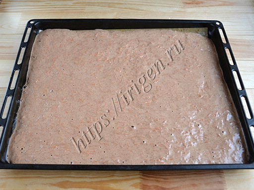 бисквитный корж перед выпечкой