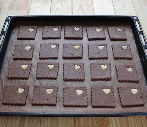 темное печенье с сердечками