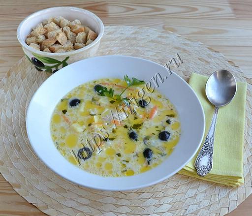 Сырный суп с индейкой и маслинами