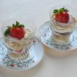 десерт с заварным кремом и клубникой