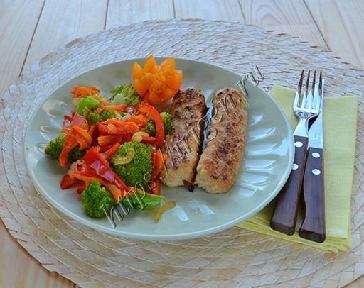 колбаски с салатом