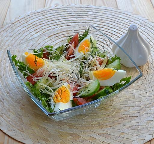 салат с яйцом и пармезаном