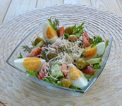 салат с яйцом и оливками