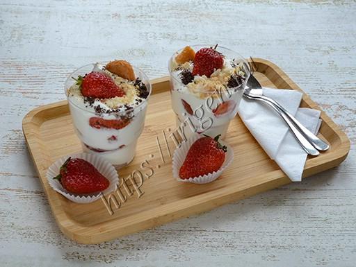 десерт клубничный со сливками и печеньем савоярди